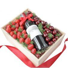 Дерев'яна коробка з вином і фруктами