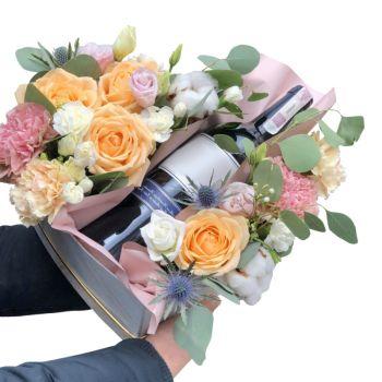 Цветы с шампанским в коробке сердце. annetflowers.com.ua. Купить букет в коробке сердце