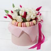 Цветы в шляпной коробке и макаронс