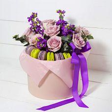 Розы в шляпной коробке и макаронс