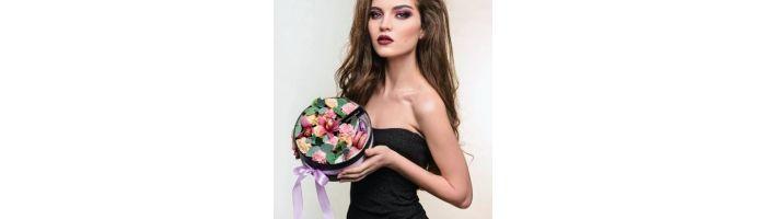 Квіти з макарунами і солодощами