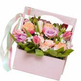 Букет в цветочной деревянной коробке с ручкой