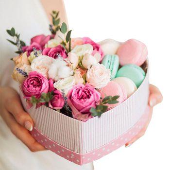 """Цветы и макаруны в коробке """"Любовь"""". annetflowers.com.ua. Купить букет в коробке сердце в Киеве"""