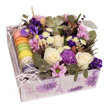Букет микс с Macarons в деревянной коробке. annetflowers.com.ua. Заказать букет цветов в деревянной коробке