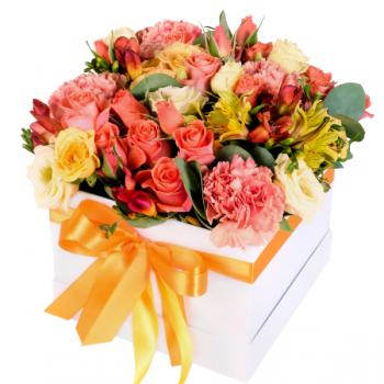 Букет микс в квадратной коробке на 8 марта. annetflowers.com.ua. Купить цветы в коробке