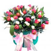 """Букет разноцветных тюльпанов в коробке """"Франсуаз"""""""