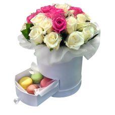 Букет роз микс в шляпной коробке с Macarons