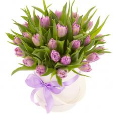 Букет сиреневых тюльпанов в шляпной коробке