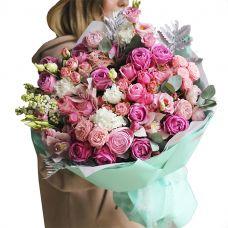 Великий букет з піоновідние троянд і еустом