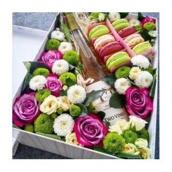 Букет в коробке с Macarons. annetflowers.com.ua. Купить цветы в коробке с доставкой по Украине
