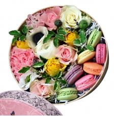 Букет в круглій коробці з macarons