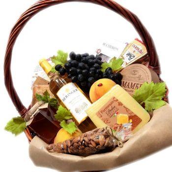 Подарочная корзина с сыром и вином. annetflowers.com.ua. Купить фрукты в корзине в Киеве