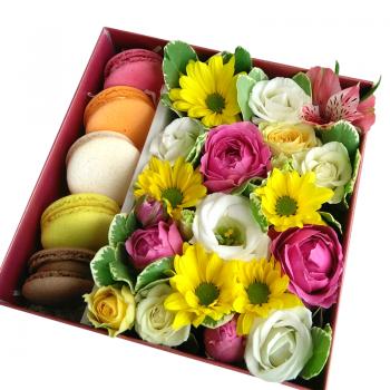 Квадратна коробка з Macarons. annetflowers.com.ua. Купити квіти в коробці