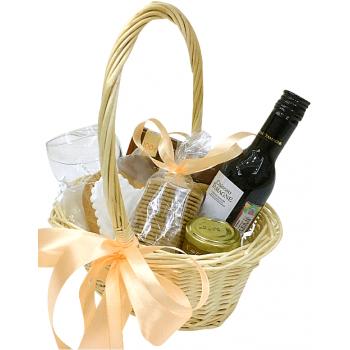 """Подарочная корзина с вином """"Удачный сюрприз"""". annetflowers.com.ua. Купить корзину с вином и печеньем и другими сладостями"""