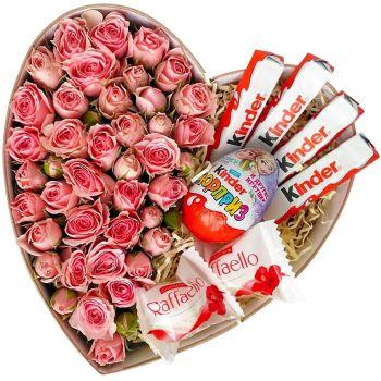 """Композиция из кустовой розы с Kinder и Raffaello """"Сладкоежке"""". annetflowers.com.ua. Купите большую коробку в форме серце с цветами и шоколадом"""