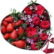"""Розы в коробке сердце с клубникой """"Лейла"""""""