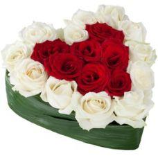 Сердце из 19 красно-белых роз