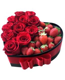 """Сердце из роз с клубникой """"Мария"""""""