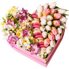 """Сердце из тюльпанов и Macarons """"Spring Love"""""""