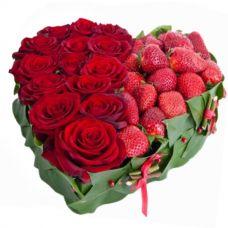 """Сердце с красными розами и клубникой """"Эрика"""""""