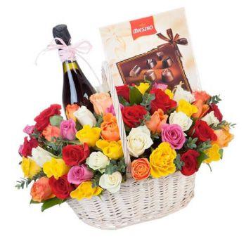Подарочная корзина роз с вином и сладостями. annetflowers.com.ua. Купить подарочную корзину с доставкой по Киеву и Украине