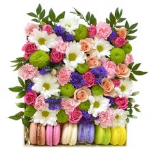 """Цветы в коробке с макарунами """"Grace"""""""