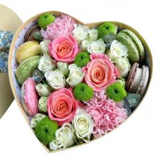 Квіти в коробці серце з тістечками