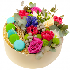 Квіти в круглій коробці з макарунами