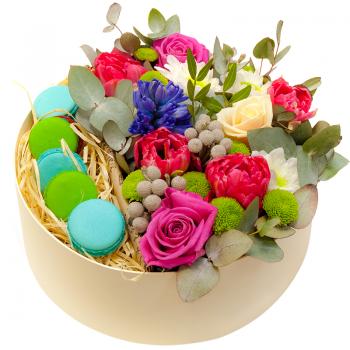 Цветы в круглой коробке с макарунами. annetflowers.com.ua. Купить букет в коробке