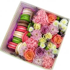 Квіти в квадратної коробці з макарунами