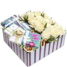 Цветы в квадратной коробке с подарком