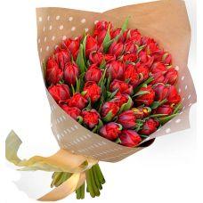 "Композиция из 51 тюльпана в крафт бумаге ""Красная шапочка"""